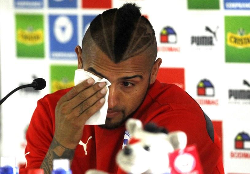 Arturo Vidal ociera łzy na konferencji prasowej /AFP