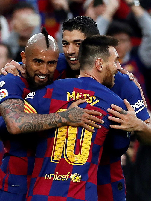 Arturo Vidal (z lewej) i Luis Suarez (w środku) i Lionel Messi /PAP/EPA