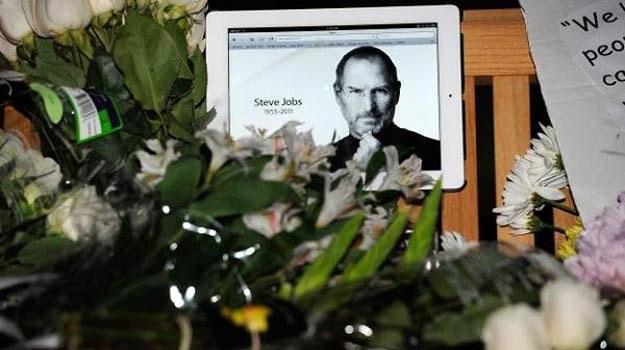 Artyści składają hołd Steve'owi Jobsowi /AFP