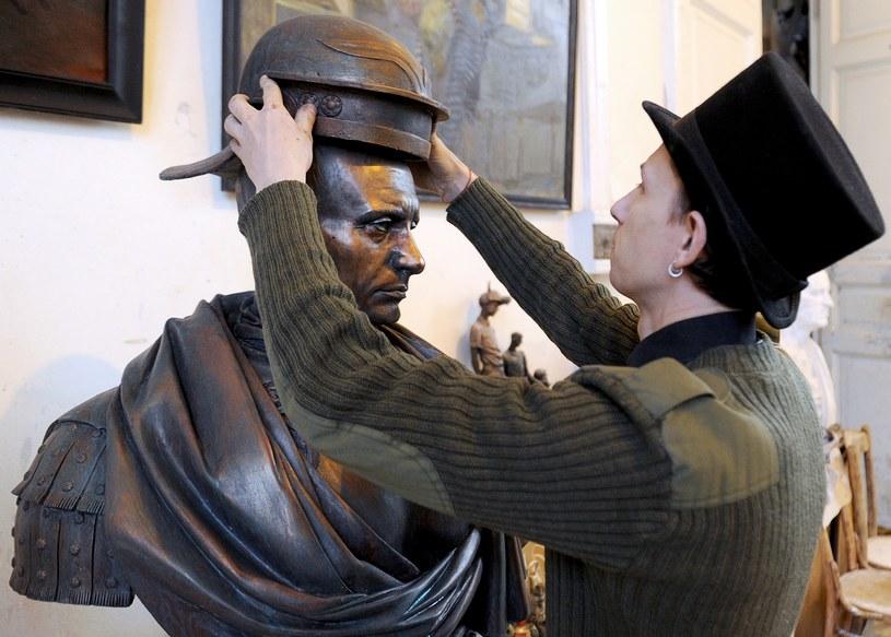 Artysta Paweł Gresznikow i jego praca /AFP