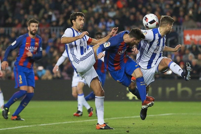 As Barcelony Leo Messi (w środku) i piłkarze Realu Sociedad - Inigo Martinez (z prawej) i Xabi Pietro (z lewej) /AFP
