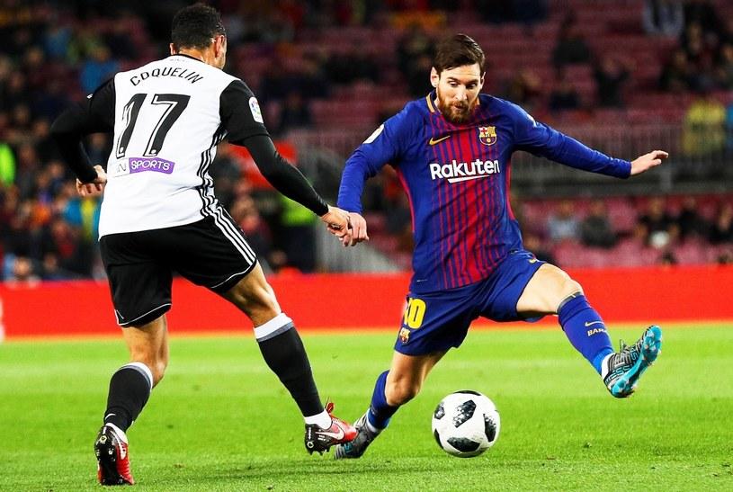 As Barcelony Lionel Messi (z prawej) i pomocnik Valencii Francis Coquelin /PAP/EPA