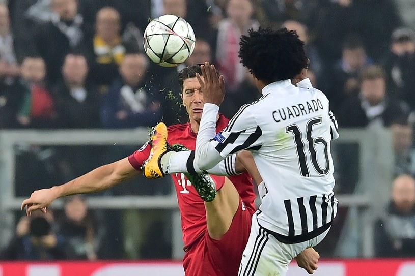 As Bayernu Robert Lewandowski w starciu z Juanem Cuadrado z Juventusu /AFP
