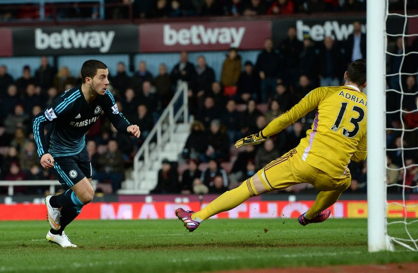 As Chelsea Eden Hazard strzela gola na wagę trzech punktów /AFP