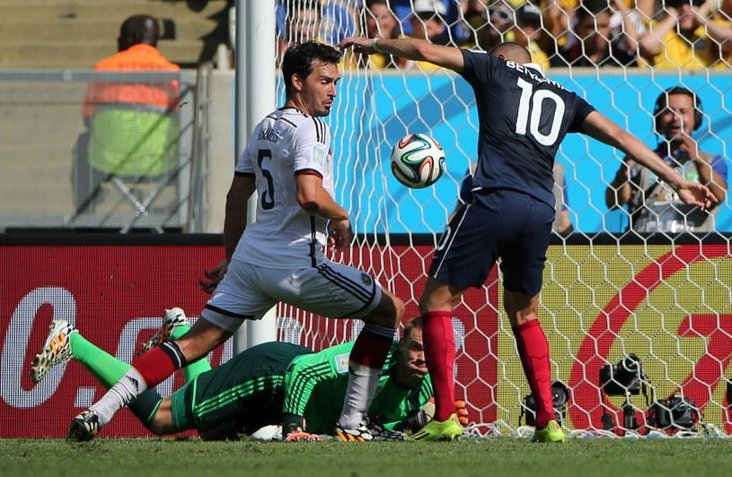 As (Mats Hummels) i Cienias (Karim Benzema) meczu Niemcy - Francja w akcji /PAP/EPA