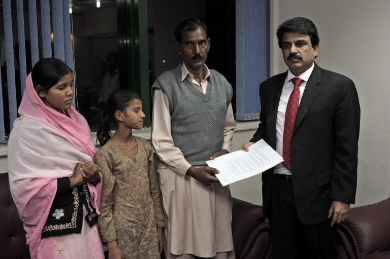Ashiq Masih, mąż Asi, po lewej ich dwie córki, po prawej minister Shahbaz Bhatti; zdj. z listopada 2010 roku /FAROOQ NAEEM /AFP