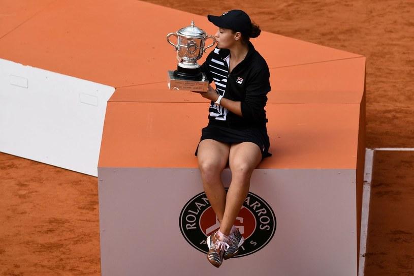 Ashleigh Barty po triumfie w turnieju Rolanda Garrosa /AFP
