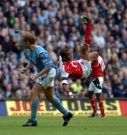 Ashley Cole (w efektownej przewrotce) chciałby, aby Arsenal pozyskał kilku znanych piłkarzy /AFP