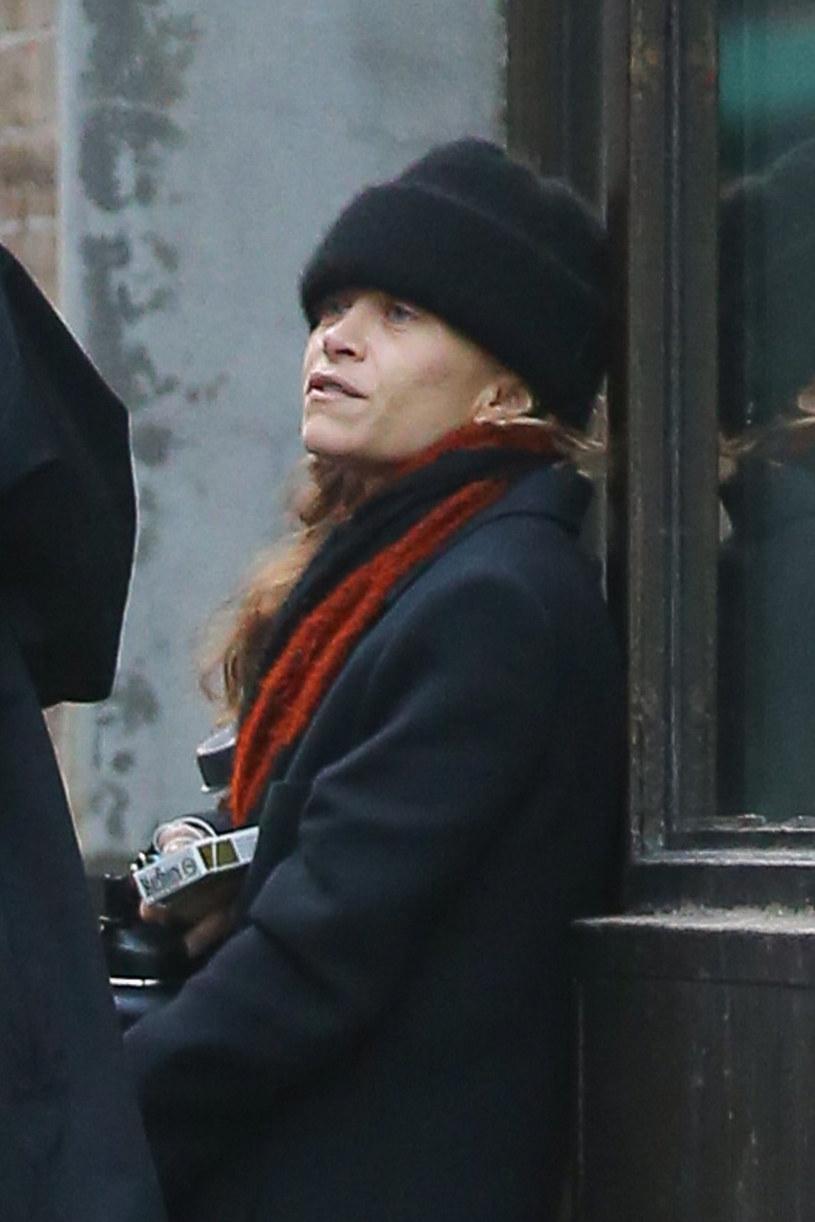 Ashley Olsen wyszła ze znajomymi na papierosa /ULRA/Backgrid /East News