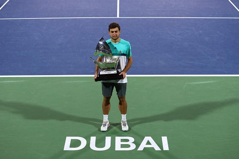 Asłan Karacew z nagrodą za zwycięstwo w turnieju w Dubaju /Francois Nel /Getty Images