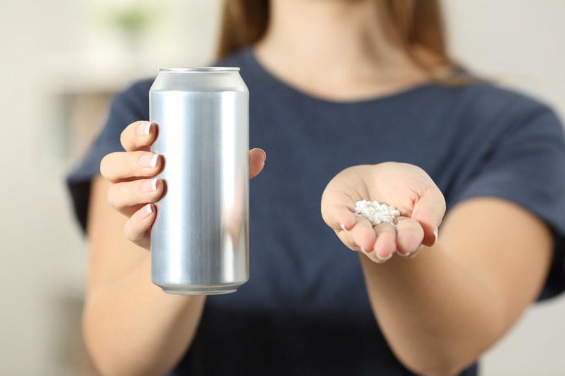 Aspartamem słodzone są niskokaloryczne napoje gazowane, jogurty i batony, reklamowane jako zdrowsze. Znajduje się on również w słodzikach i produktów dla diabetyków /123RF/PICSEL