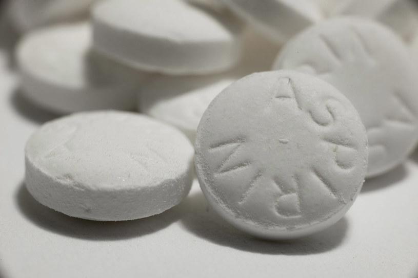 Aspiryna pomoże na popękane pięty /123RF/PICSEL