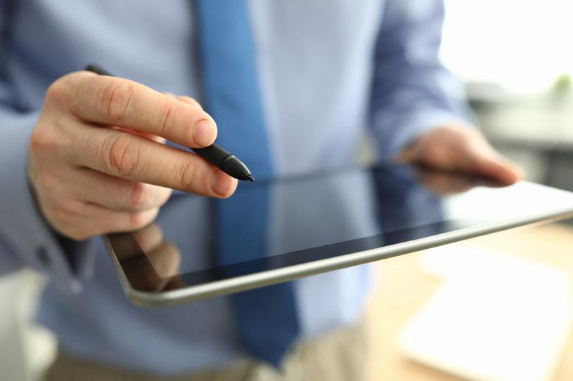 Asseco wdrożyło cyfrowy podpis na tablecie w punktach sprzedaży Plusa /123RF/PICSEL