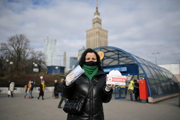astępca burmistrza Śródmieścia Magdalena Wojciechowska podczas akcji rozdawania maseczek ochronnych mieszkańcom Warszawy / Marcin Obara  /PAP