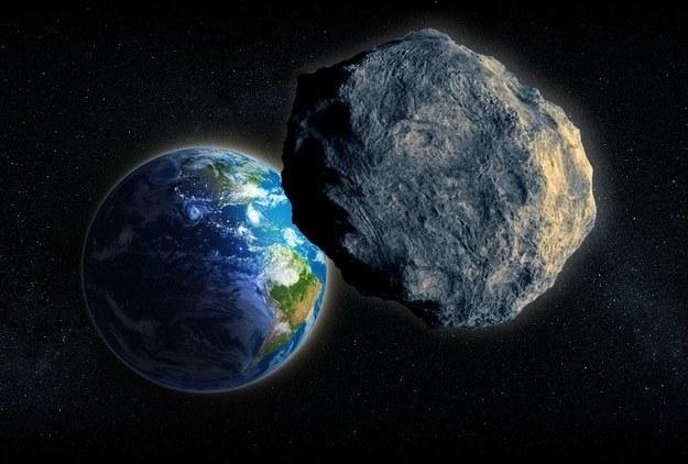 Asteroida 2003 SD 220 znajduje się na liście 17 potencjalnie niebezpiecznych obiektów, które mogą zagrozić Ziemi /123RF/PICSEL