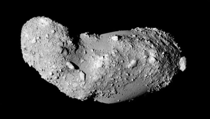 Asteroida Itokawa z odległości 8 km - zdjęcie zrobione przez sondę Hayabusa w 2005 r. /materiały prasowe