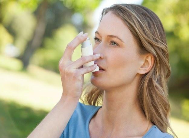 Astma pojawia się najczęściej w wieku dziecięcym, ale coraz częściej atakuje również dorosłych! /123RF/PICSEL