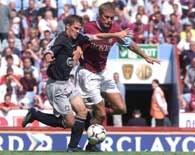 Aston Villa - Liverpool 0:1. Michael Owen (z lewej) atakowany przez Olofa Mellberga