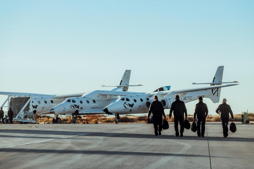 Astronauci na tle SpaceShipTwo /materiały prasowe