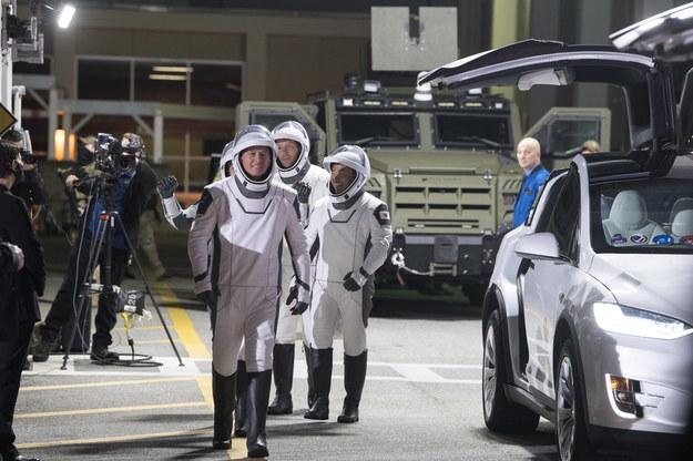 Astronauci NASA Shane Kimbrough z przodu, astronauta Akihiko Hoshide (JAXA), drugi astronauta Akihiko Hoshide i astronauta z ESA (Europejska Agencja Kosmiczna) Thomas Pesquet, z tyłu, w kombinezonach SpaceX /Aubrey Gemignani / HANDOUT /PAP/EPA