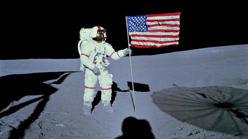 Astronauta Alan B. Shepard Jr., dowódca misji Apollo 14, umieszcza flagę Stanów Zjednoczonych na powierzchni /NASA
