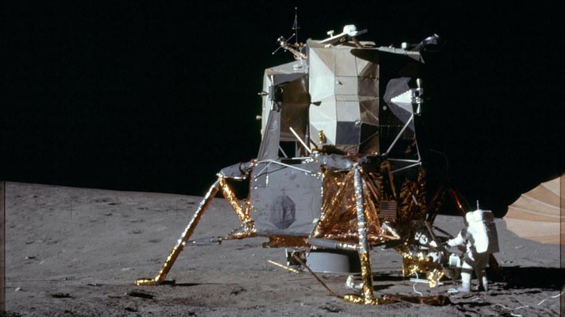 Astronauta Alan L. Bean, pilot modułu księżycowego misji Apollo 12, wychodzi na powierzchnię Księżyca /NASA