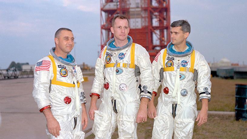 Astronauta Gus Grissom, Ed White i Roger Chaffee przygotowują się do pierwszego lotu załogowego Apollo /NASA
