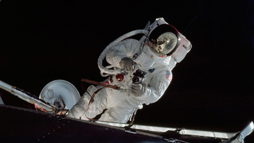 Astronauta Russell L. Schweickart, pilot modułu księżycowego steruje aparatem podczas swojego spaceru kosmicznego w trakcie misji Apollo 9 /NASA