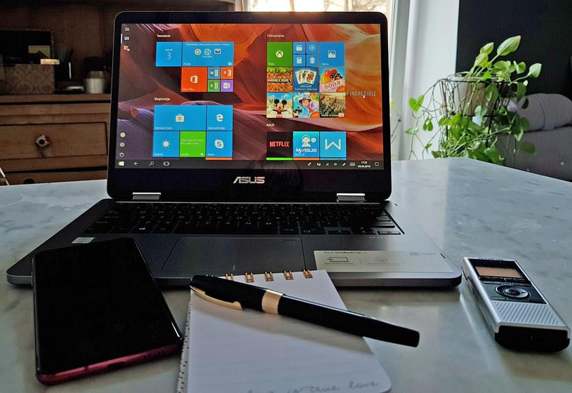 ASUS VivoBook Flip 14 - dobrze się sprawdza jako narzędzie pracy, nie tylko dziennikarza /Styl.pl