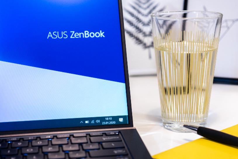 ASUS ZenBook UX434F имеет ультратонкие рамки, а экран занимает до 92 процентов. верхняя крышка /INTERIA.PL