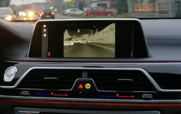 Asystent jazdy nocnej jest przydatną opcją   jazdy w nocy /INTERIA.PL