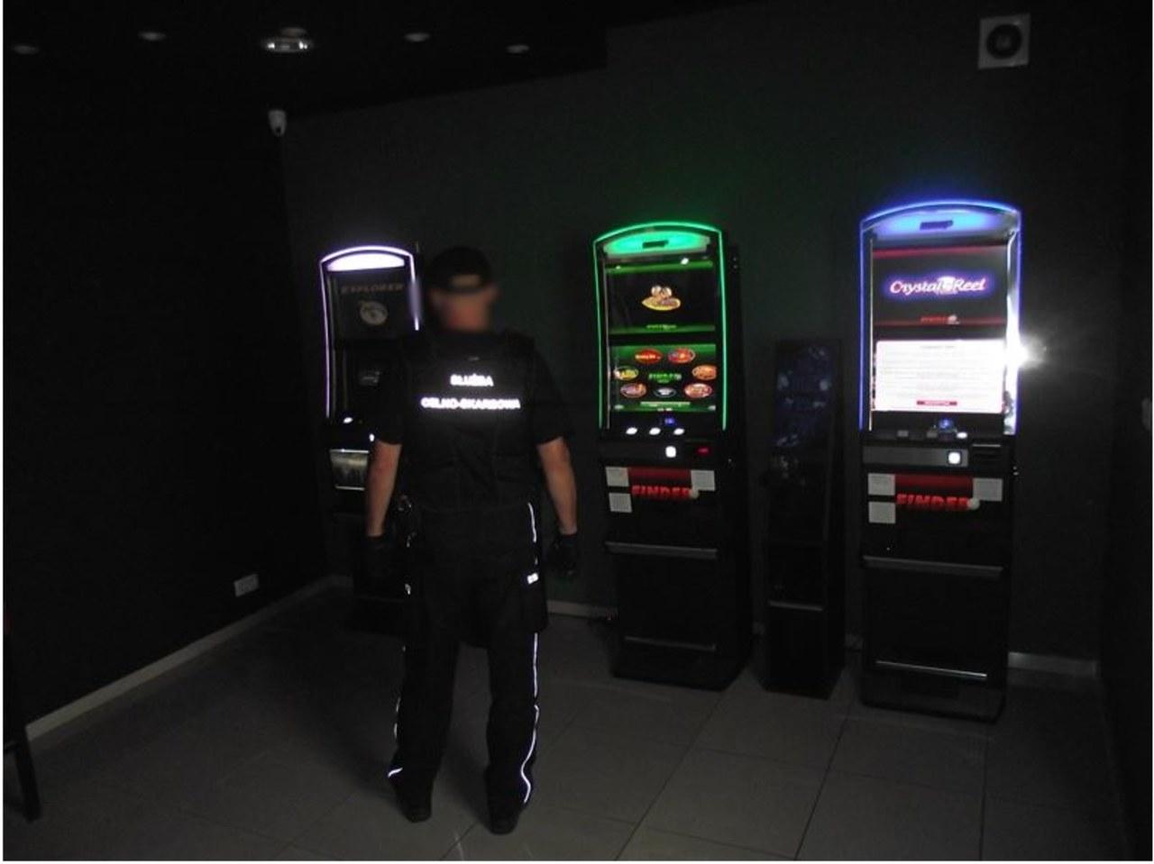 Atak na funkcjonariuszy KAS w salonie gier. Policja szuka właściciela