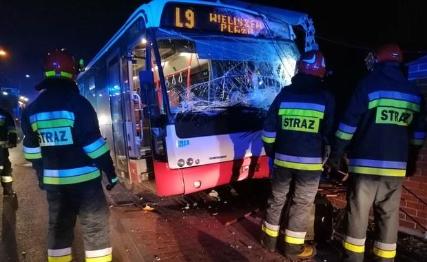 Atak na kierowcę autobusu w Wieliszewie. Pojazd wypadł z drogi