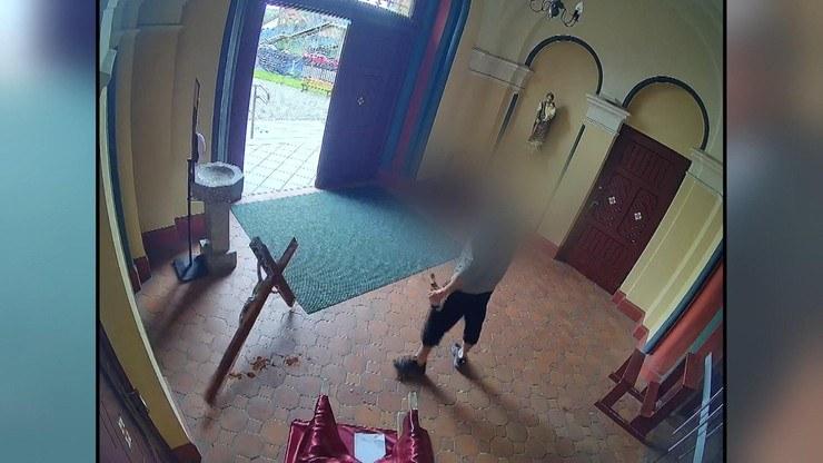 Atak na księdza i demolowanie kościoła zarejestrował parafialny monitoring /Polsat News