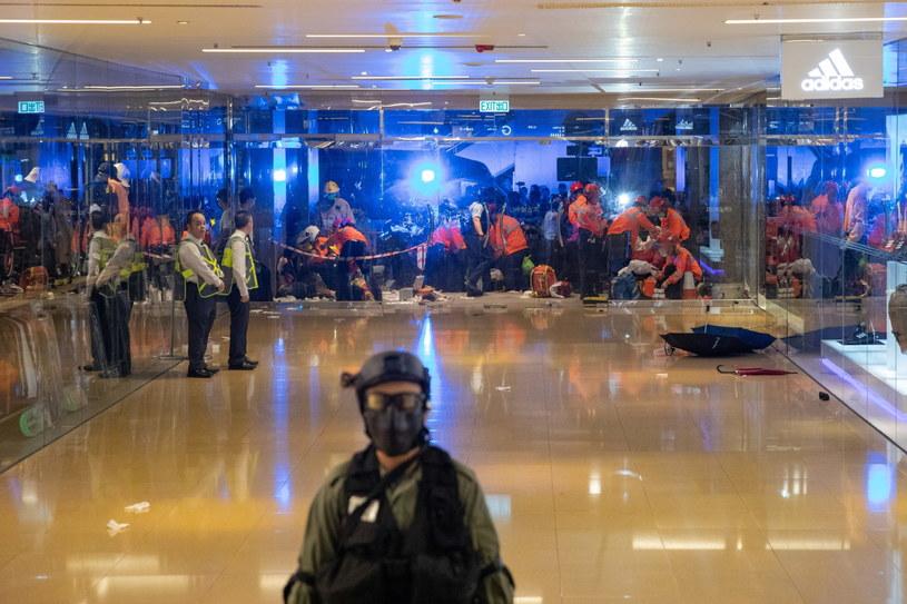 Atak nożownika z centrum handlowym w Hongkongu /JEROME FAVRE /PAP/EPA