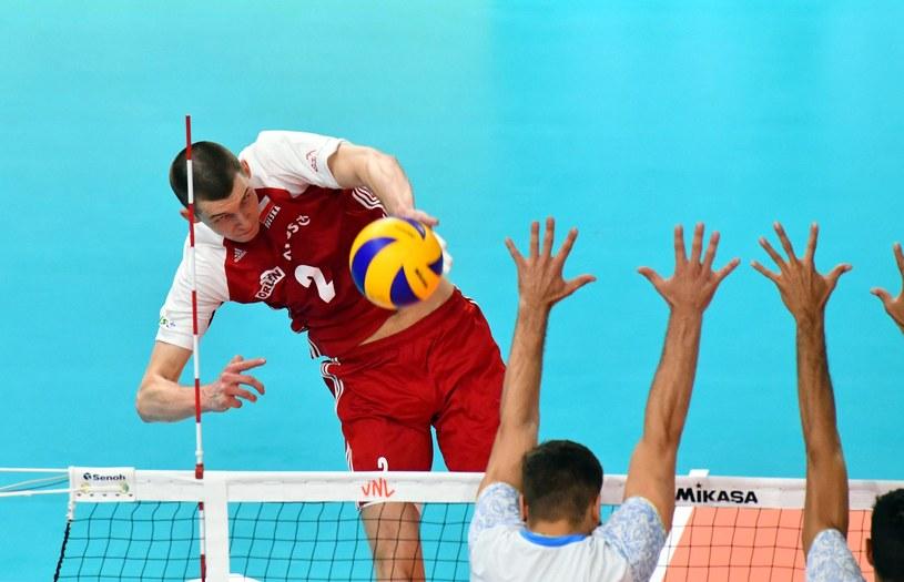 Atakuje Maciej Muzaj /www.fivb.org