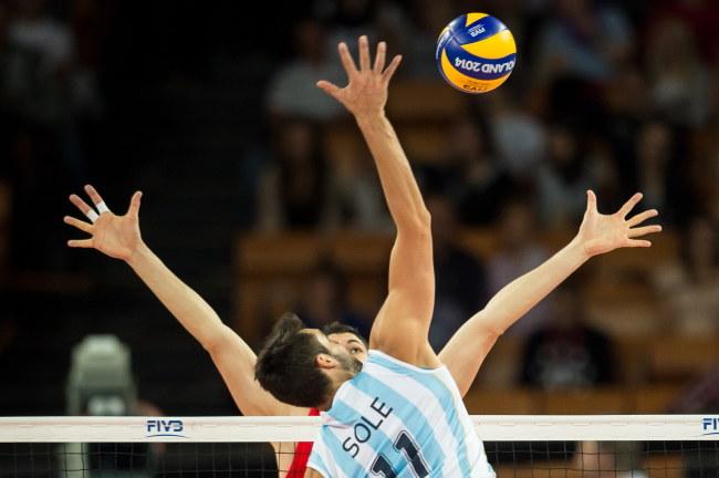 Atakuje środkowy Argentyny - Sebastian Sole /Maciej Kulczyński /PAP