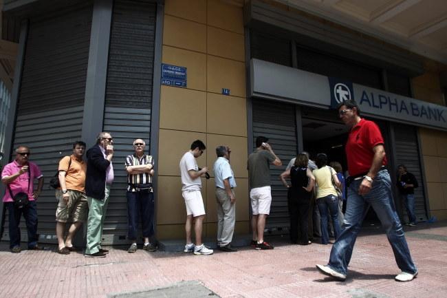 Ateńczycy w kolejce do bankomatu /PAP/EPA/ALEXANDROS VLACHOS /PAP/EPA