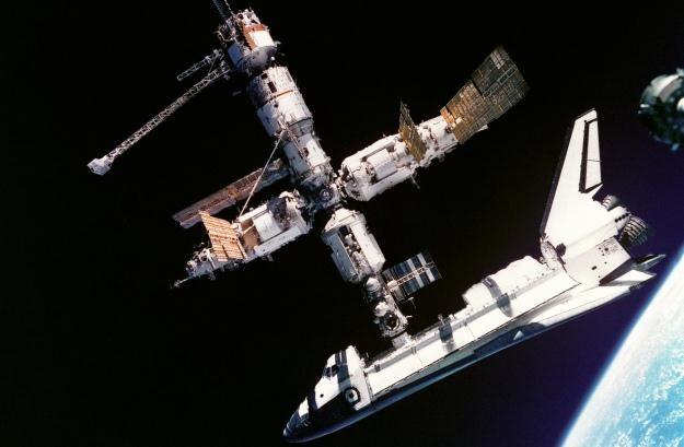 Atlantis przycumowany do nieistniejącej już stacji kosmicznej MIR.   Fot. NASA /materiały prasowe