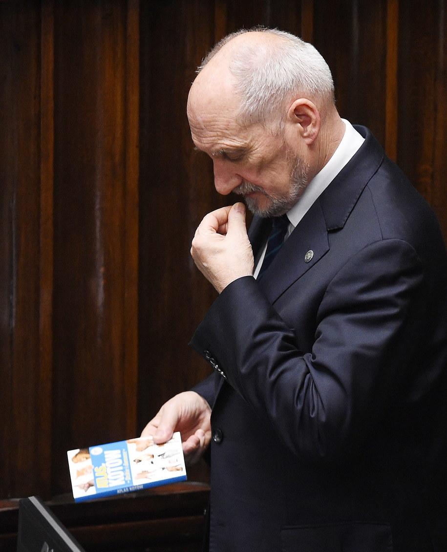 Atlasem Kotów zainteresował się wczoraj także szef MON Antoni Macierewicz /Radek Pietruszka /PAP