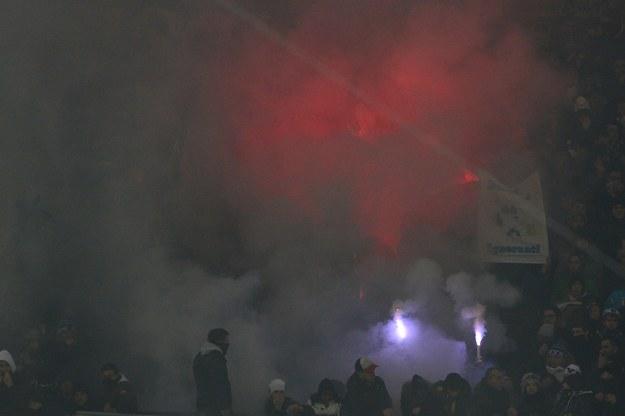 Atmosfera podczas derbów Mediolanu była gorąca /AFP