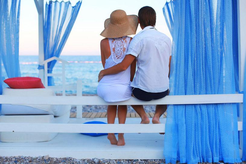 Atmosfera wakacji potrafi nie jednej osobie zawrócić w głowie... /123RF/PICSEL