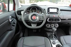 Atrakcyjna stylizacja kokpitu idzie w parze z porządną jakością i z prostą obsługą. Przyciski na kierownicy – dobrze rozplanowane. /Motor
