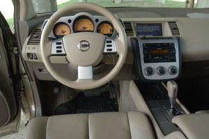 Atrakcyjna tablica przyrządów ma zestaw wskaźników podobny do tego stosowanego w sportowym modelu 350Z. Radioodtwarzacz i system głośników Bose znajdziemy w autach z Europy. /Motor