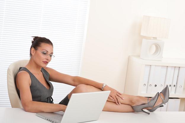 Atrakcyjne kobiety na ogół swobodniej nawiązują kontakty, więc łatwo wyrabiają pozycję w firmie /© Panthermedia