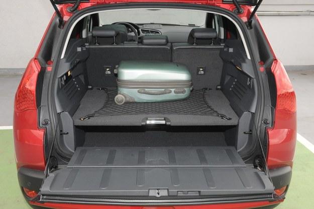 Atutem Peugeota 3008 jest duży bagażnik (o pojemności od 512 do 1604 l) z mocną, podwójną podłogą, która zwiększa jego funkcjonalność. Tylna klapa dzieli się na dwie części – górną i dolną, na której można nawet siadać. /Motor