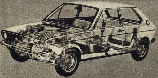 Audi 50 ma niezależne zawieszenie wszystkich czterech kół, z tym wszakże, że wahacze tylne połączone są dość mocnym stabilizatorem poprzecznym. Z przodu hamulce tarczowe. /Audi