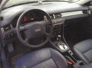 Audi A6 ma spokojną, ale nowoczesną stylizację wnętrza, a charakterystycznym elementem jest agresywne karminowe oświetlenie tablicy przyrządów i środkowej konsoli. /Motor