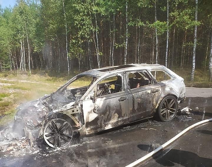 Audi RS6 warte 400 tys. zł spłonęło w pomorskich lasach niedaleko Czerska /Facebook.com/OSP Legbąd /