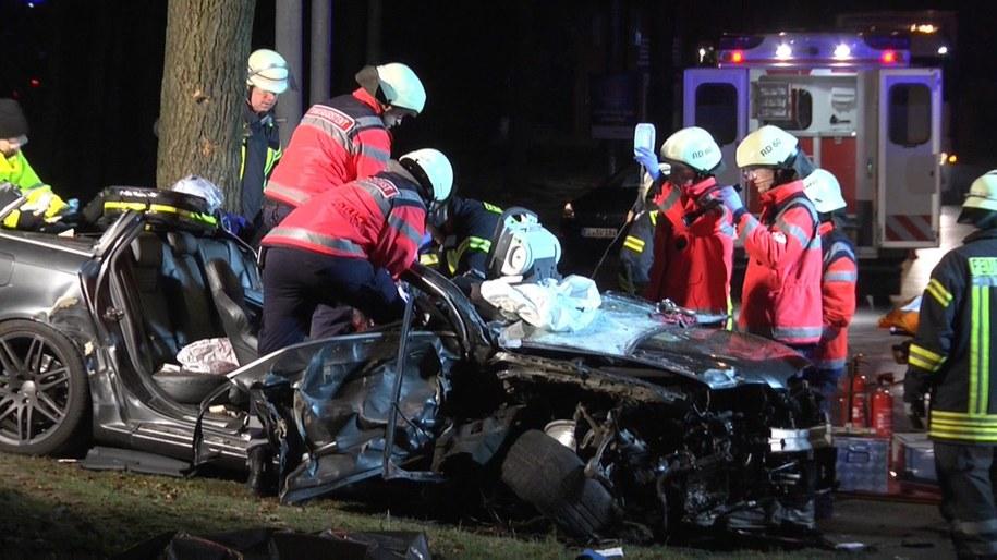 Audi sprawców wpadło w poślizg i ostatecznie rozbiło się o drzewo /Nord-West-Media Tv /PAP/EPA